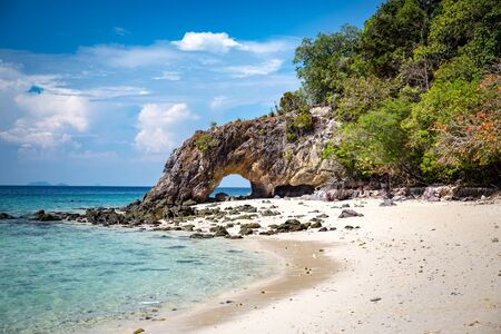 blue sky and rocks on  beach, koh khai Thailand 版權商用圖片