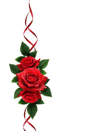 Rosa roja ramo de las flores y la decoración de la cinta de seda aislados en blanco Foto de archivo