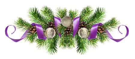 Weihnachtsanordnung mit den Kiefernzweigen, den silbernen Bällen und dem purpurroten Band lokalisiert auf weißem Hintergrund