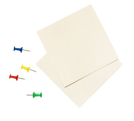Closeup of empty pieces og small paper for notes and colorful pins isolated on white background. Top view. Flat lay. Imagens