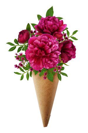 Ramo de flores de peonía rosa en una corneta de papel artesanal aislado en blanco