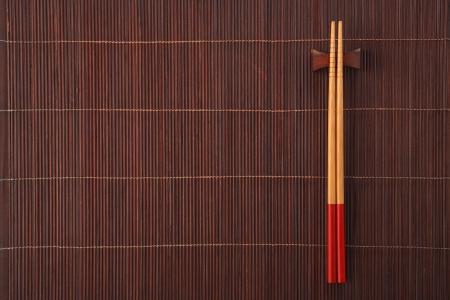 placemat: Due bacchette su una stuoia di bamb�