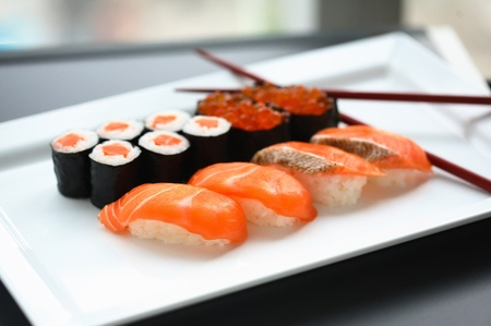 susi: Set of sushi and rolls with a salmon