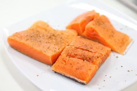 rosmarin: Raw salmon fillet with spices on plate