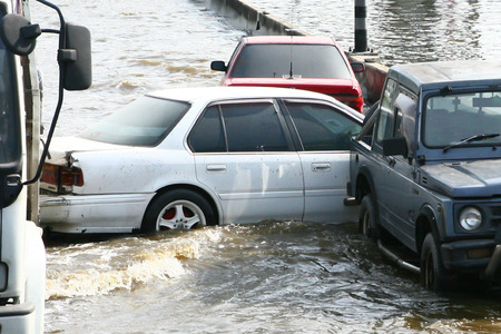 Car in flood water Editöryel