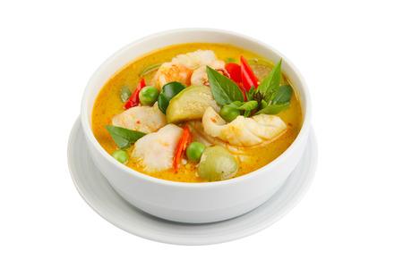 camaron: curry verde en un recipiente blanco comida tailandesa