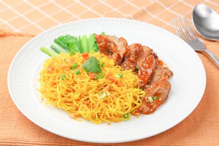 chinesisch essen: Chinesische Eiernudeln mit gegrilltem Schweinefleisch