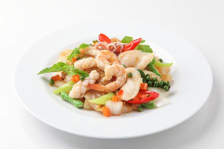 콩 소스에 야채와 혼합 해산물 볶음 국수 스톡 콘텐츠 - 44332784