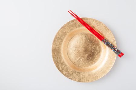空の取り皿と箸。白い背景に分離 写真素材