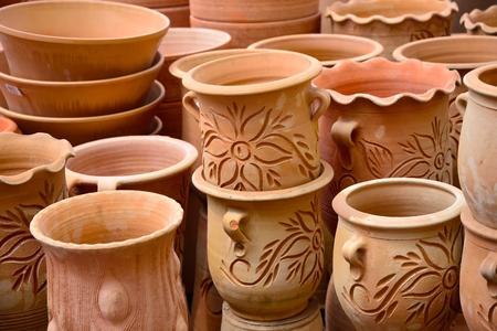 ollas de barro: potteries lindos floreros y macetas para flores de las plantas Foto de archivo