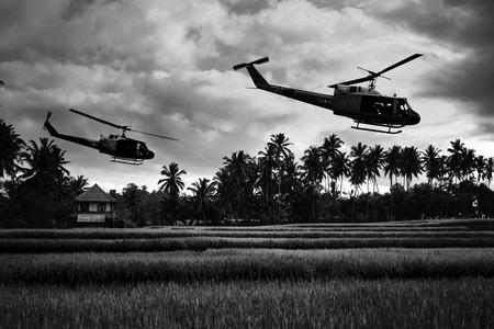 1970 년경 베트남 전쟁 '스타일'이미지 북 베트남 군대를 찾고 남쪽 베트남을 비행하는 두 헬리콥터. (아티스트의 인상)