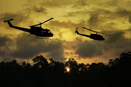 """Wojna w Wietnamie """"Styl"""" obraz około 1970 roku dwa śmigłowce latające nad Wietnamem Południowym w poszukiwaniu Armii Północnowietnamskiej. (Impression)"""
