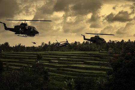"""wojenne: Wietnam wojna """"styl"""" obraz około 1970 helikopterów latające nad poludniowymi wietnamskimi ryżami w poszukiwaniu armii północnioniemieckiej. (Wrażenie artysty)"""