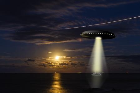 Un OVNI secuestra un barco de pesca en el mar con una luna llena en el fondo Foto de archivo