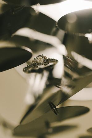 anillo de compromiso: Flotante anillo de compromiso Foto de archivo