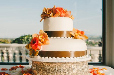 Tropical Flower Wedding Cake with Brown Ribbon Standard-Bild