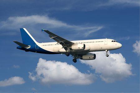 Regionaal personenvervoer vliegtuig vliegen in blauwe hemel met wolken