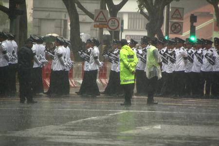 bid: SINGAPUR - 29 de marzo: Singapur, de pie Pública en un aguacero, alinee las calles para despedir al Sr. Lee Kuan Yew después de su paso por el cortejo durante el cortejo fúnebre, el domingo 29 de marzo de 2015.