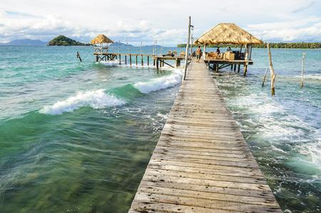 bounty: Muelle de madera en la temporada de verano - Muelle de madera en Kho mak, Tailandia Foto de archivo