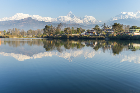 panoramatic: Lake Phewa in Pokhara, Nepal, with the Himalayan mountains in the background, including Machhapuchhre and Annapurna Stock Photo