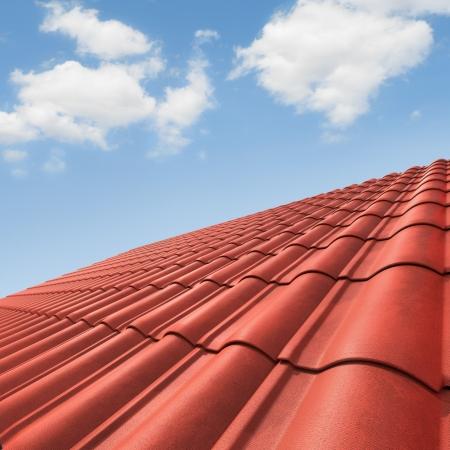 Vue du toit de tuiles rouges et ciel nuageux sur le fond.