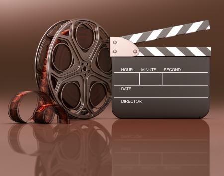 carrete de cine: Rollo de pel�cula con una tablilla al lado de su informaci�n sobre el espacio negro de la tablilla o en el rollo y tablas de madera en la reflexi�n