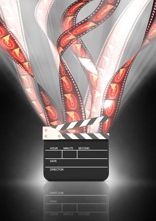 movie film reel: tiras de pel�cula va en alto detr�s de la tablilla con iluminaci�n posterior