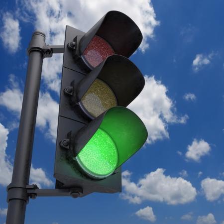 señal transito: Semáforo en un cielo azul con sólo la luz verde.