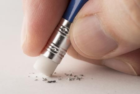 lapiz y papel: Eliminaci�n de error con la goma de borrar l�piz. Foto de archivo