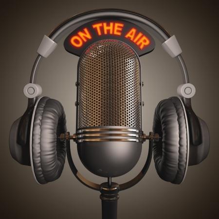 microfono de radio: Receptor de cabeza en la parte superior de un micrófono clásico. Foto de archivo