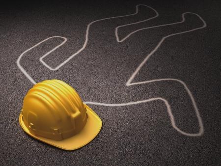 accidente laboral: Accidente en el trabajo. Un casco sobre la silueta de un cuerpo muerto.