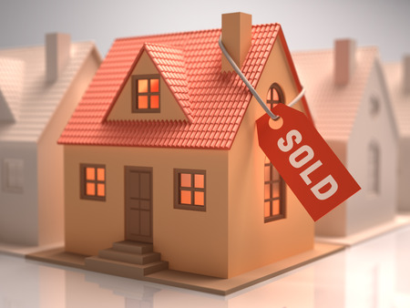 sold small: Piccola casa con l'etichetta rossa scritta venduto. Archivio Fotografico