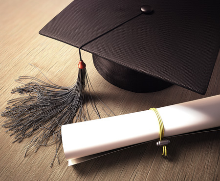 gorros de graduacion: Casquillo de la graduación con el diploma en la mesa. Trazado de recorte incluido. Foto de archivo