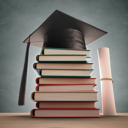 licenciatura: Casquillo de la graduaci�n encima de la pila de libros con la pizarra. Trazado de recorte incluido. Foto de archivo