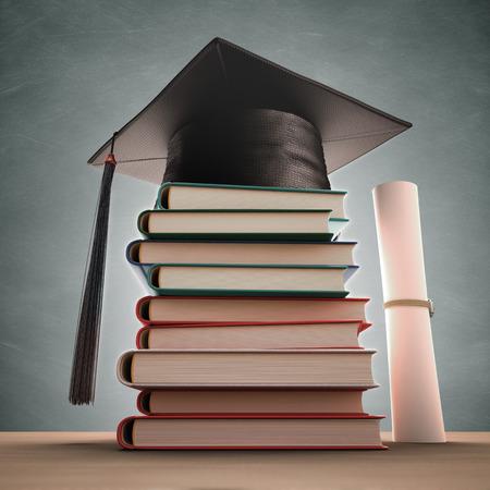 Graduation cap sur la pile de livres avec tableau noir. Chemin de détourage inclus.