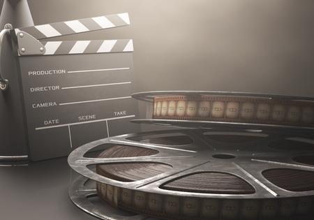 レトロな概念映画館でフィルムのロールを持つカチンコ。