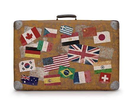 reiste: Antiker Koffer mit Stempel Fahnen, die jedes Land gereist Clipping-Pfad enthalten