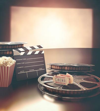 cinta pelicula: Objetos relacionados con el cine en la superficie reflectante. Foto de archivo