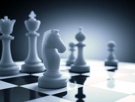 ajedrez: Pieza de ajedrez en el foco en el tablero.