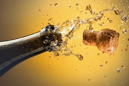 corcho: La apertura de una botella de champán. Concepto de celebración.