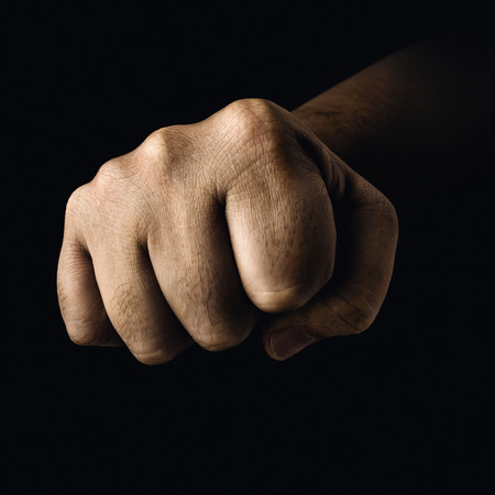 pelea: El pu�o cerrado en un concepto de los deportes de lucha.