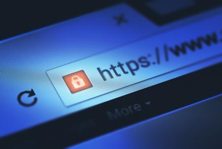 Detailansicht auf dem Bildschirm mit Schärfentiefe und Fokus auf das Vorhängeschloss. Das Bild ist ein Sicherheitskonzept in der Suchmaschine und Web-Browser-Adresse. Hyper Text Transfer Protocol Secure (HTTPS).