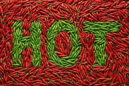 légumes verts: Parole HOT écrit avec des poivrons verts, au milieu de poivrons rouges. Banque d'images