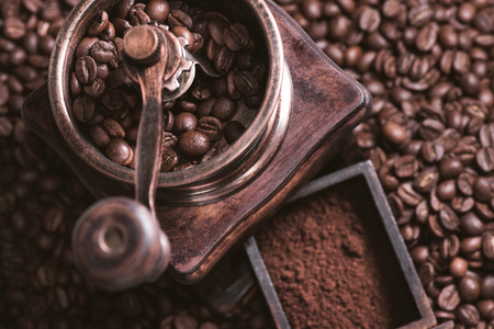 Malen koffie uit vers geroosterde koffiebonen.
