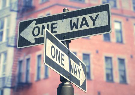 Conceptueel beeld van eenrichtingsbord dat op verschillende straten in de VS wordt gebruikt.