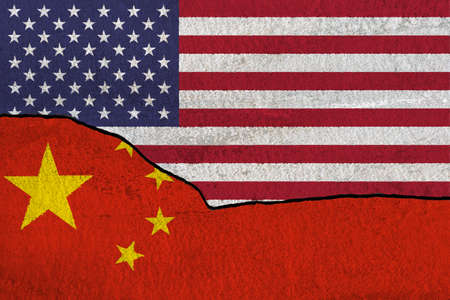American and Chinese flags, symbolic of the trade war between the United States and China concept. Banque d'images