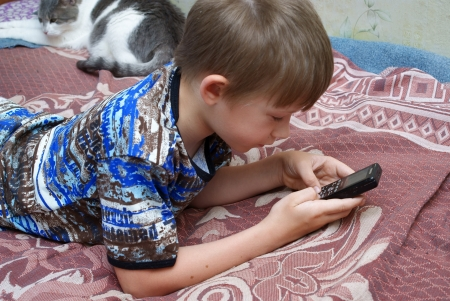 7 9 years: The child plays games on the mobile phone