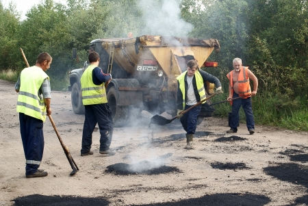 ling: Road workers were repairing the road Editorial