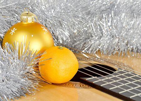 Christmas decoration Christmas tree toy yellow ball, yellow Mandarin, shiny tinsel lie guitar brown