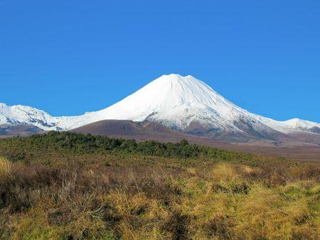 tongariro: volc�n de Tongariro cubierta de nieve  Foto de archivo